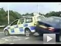 狗急跳墙 偷车贼驾车拒捕险些撞死警察